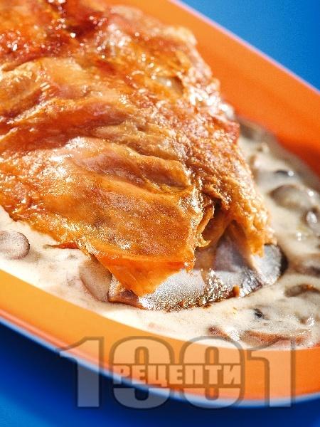 Печено агнешко месо с гъби в сос от сметана и вино - снимка на рецептата